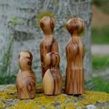 Holzfiguren-Familie auf Stein